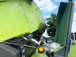 Kurzband-Halbschwad-Versetzer mit hydraulisch verstellbaren Trägerrahmen Strohmanagement Agribroker